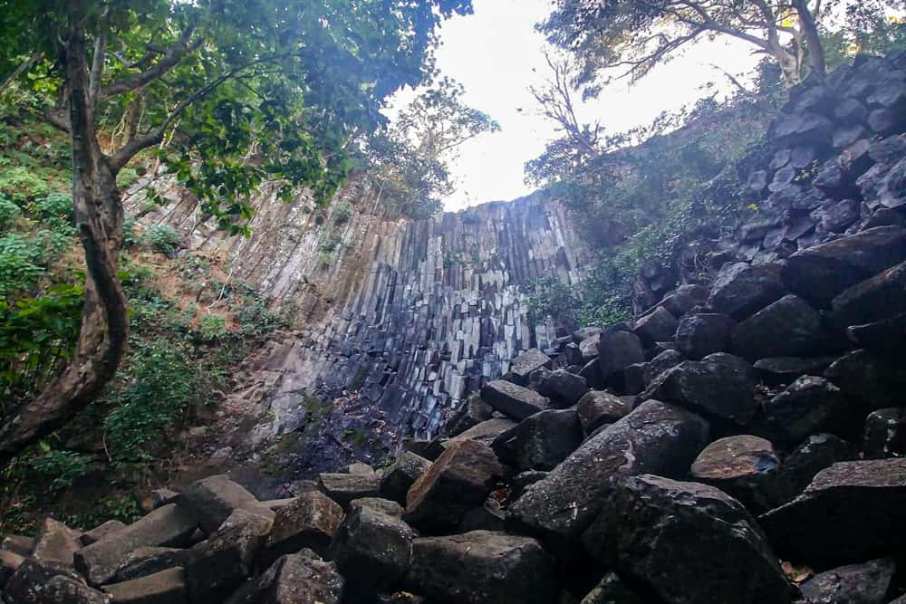 A bassalt cliff surrounded by jungle in El Salvador.